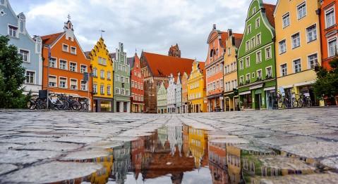 Landshut Stadtplatz mit Regenpfütze
